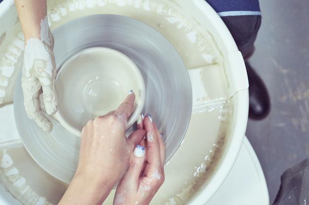 Femmes faisant de la poterie en céramique, concept d'atelier et de classe de maître,