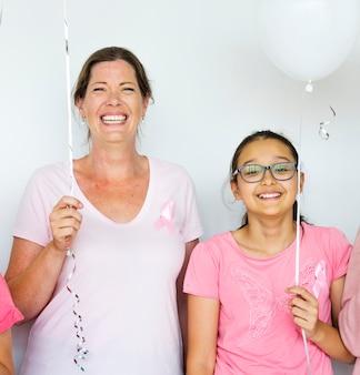 Femmes faisant la promotion du cancer du sein