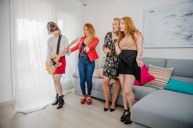 Femmes de fête avec microphone et guitare