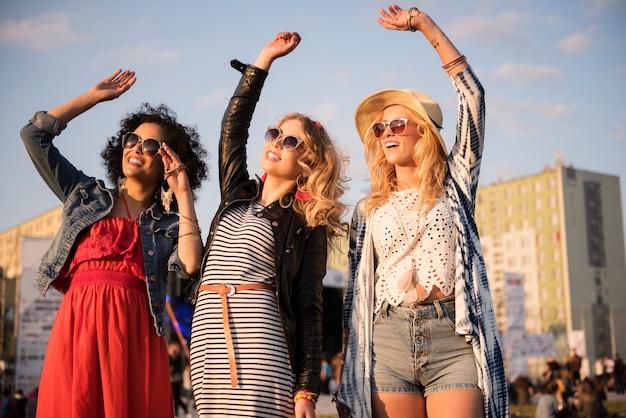 Des femmes folles dansant lors d'un festival de musique