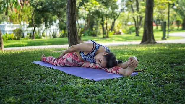 Les femmes font du yoga dans le parc