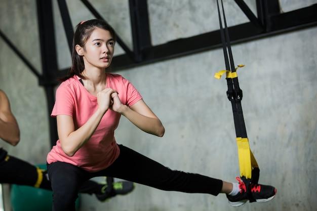 Les femmes font de l'exercice dans le gymnase. elle s'est engagée.