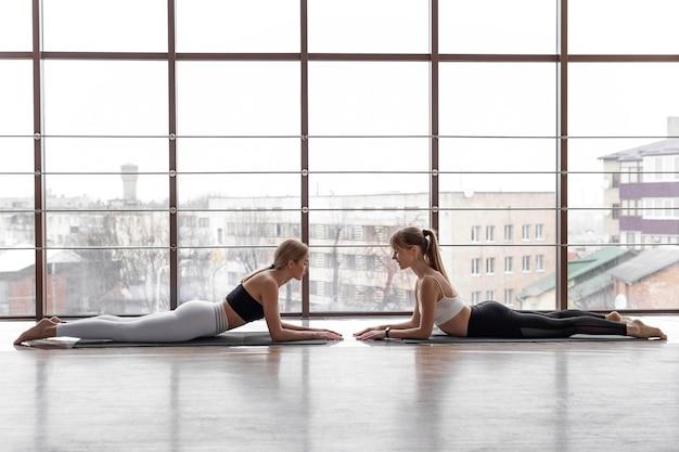 Femmes, formation, ensemble, vue côté