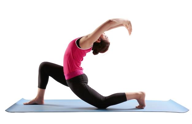 Les femmes en forme sportive pratiquent le yoga anjaneyasana - la fente lunaire basse.