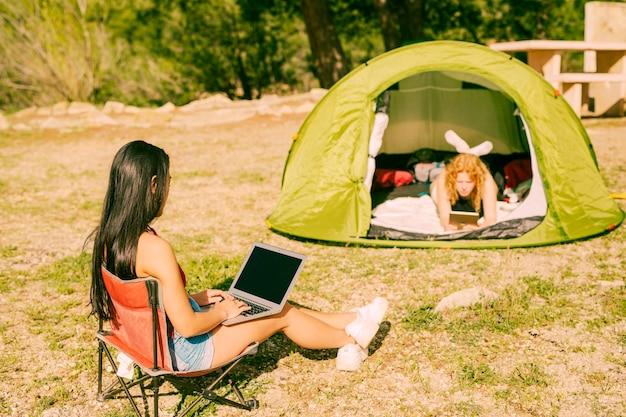 Les femmes avec des gadgets passent du temps à l'extérieur