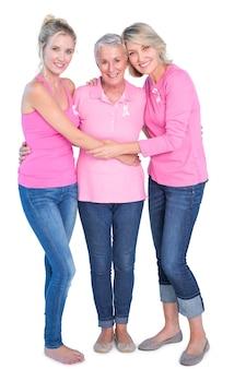 Femmes gaies portant des tops roses et des rubans pour le cancer du sein