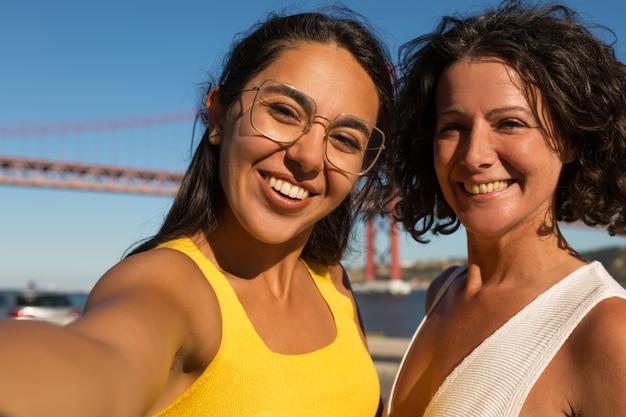 Femmes gaies souriant