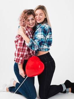 Femmes gays posant avec bonheur pour la saint-valentin