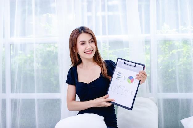 Les femmes et les graphiques les jeunes femmes d'affaires présentent leurs projets d'entreprise