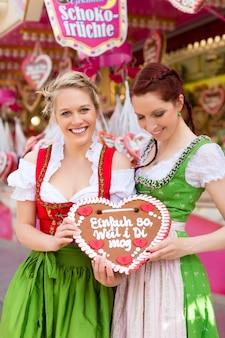 Femmes en habits traditionnels bavarois ou en festival