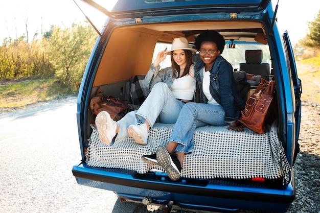 Femmes heureuses assises dans un van plein coup
