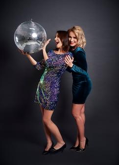 Femmes heureuses avec boule disco faire la fête