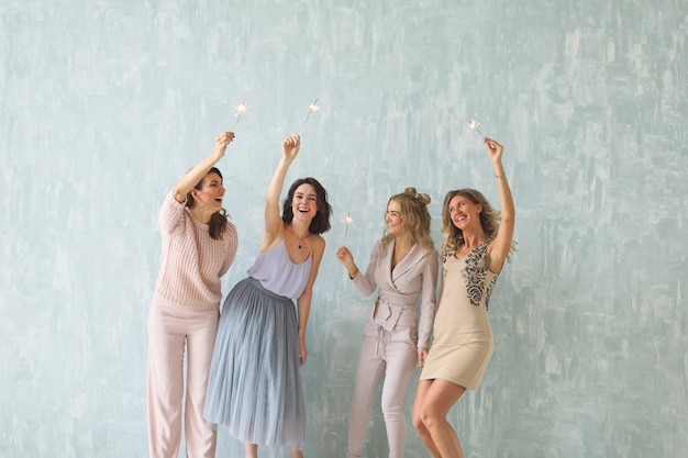 Femmes heureuses avec des cierges magiques en fête