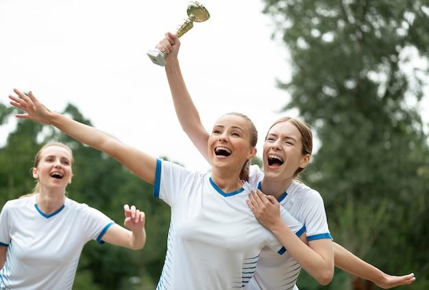 Femmes heureuses avec coupe des gagnants