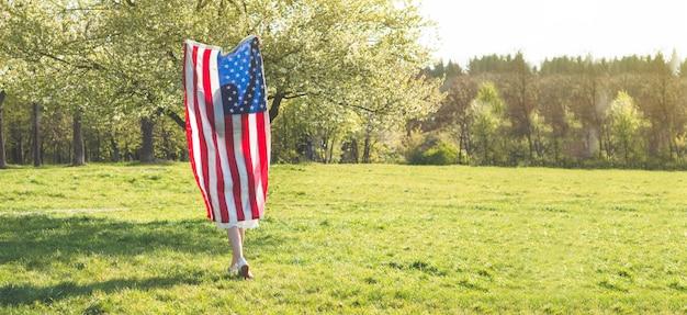 Les femmes heureuses avec le drapeau américain usa célèbrent le 4 juillet