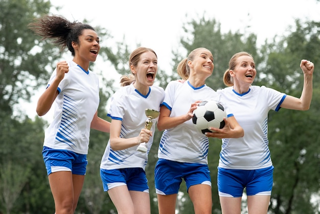 Femmes heureuses exprimant la victoire