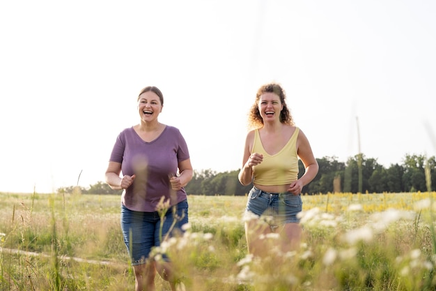 Femmes heureuses à l'extérieur coup moyen