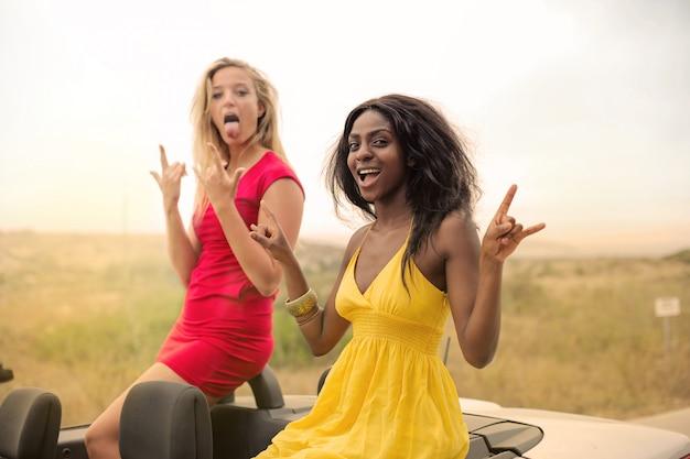 Des femmes heureuses lors d'un voyage en voiture