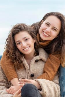 Femmes heureuses posant ensemble