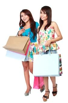 Femmes heureuses avec des sacs à provisions