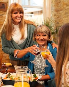 Femmes heureuses à table