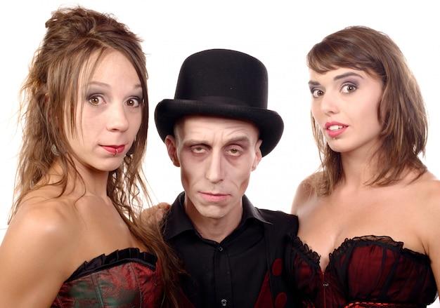 Femmes et un homme déguisé en vampire