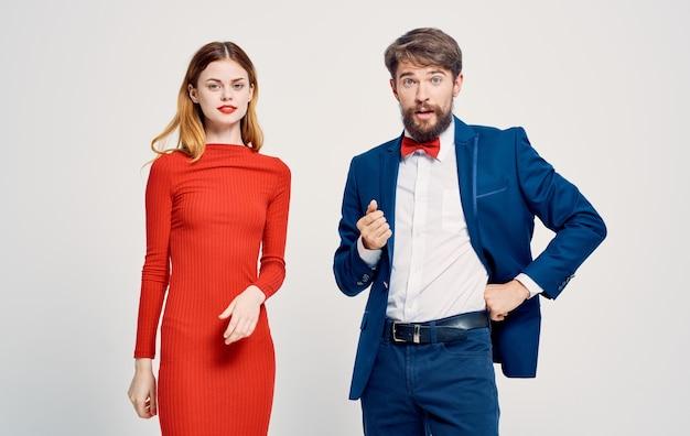 Femmes et hommes sur un léger gesticulant avec un costume publicitaire mains.
