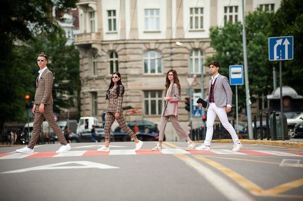 Femmes et hommes marchant sur la route de la rue