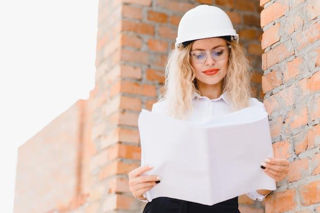 Les femmes ingénieures regardent le verre de construction.