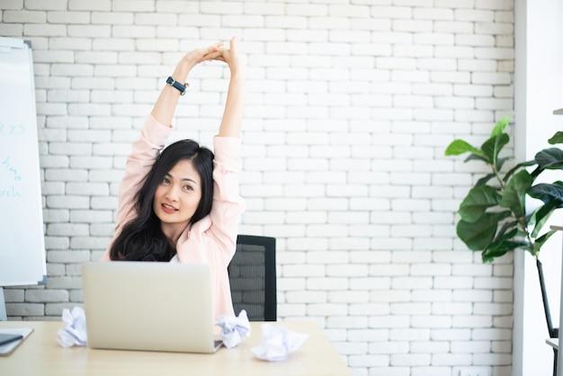 Femmes intelligentes en temps de travail sur le bureau.