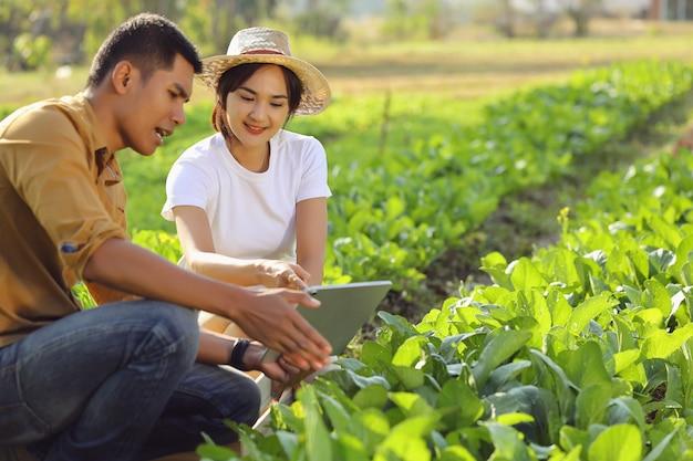 Femmes intéressées par l'agriculture biologique. elle apprend d'un conférencier sur un terrain réel.