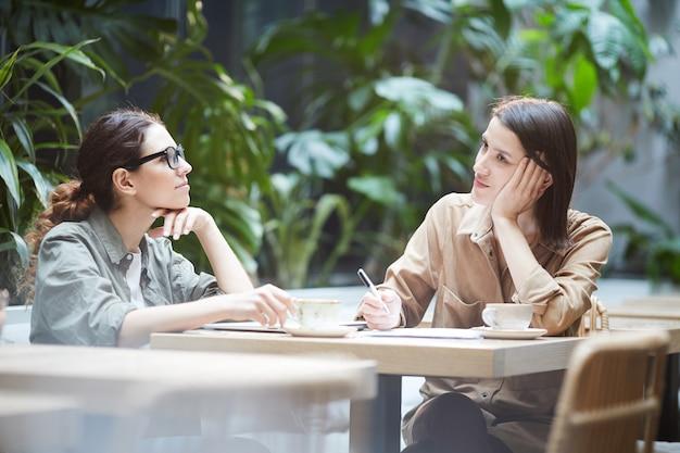 Des femmes introspectives réfléchissent aux stratégies