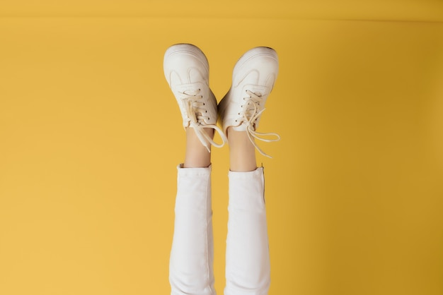 Femmes jambes inversées à l'envers baskets blanches mode