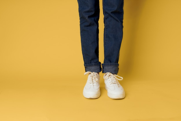 Femmes jambes jeans blanc baskets mode street style jaune
