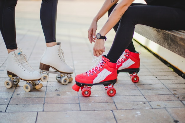 Femmes en jambières portant rollerskates
