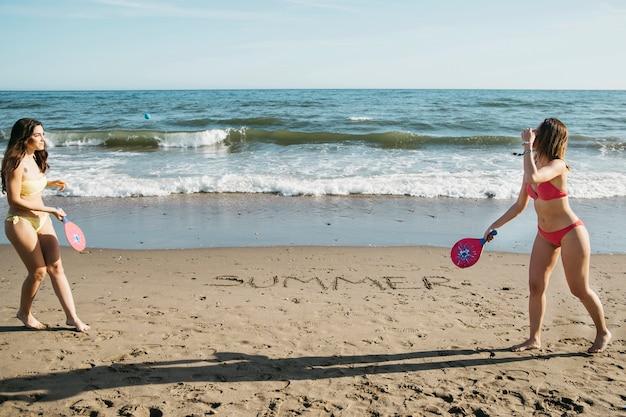 Femmes jouant au ping-pong à la plage