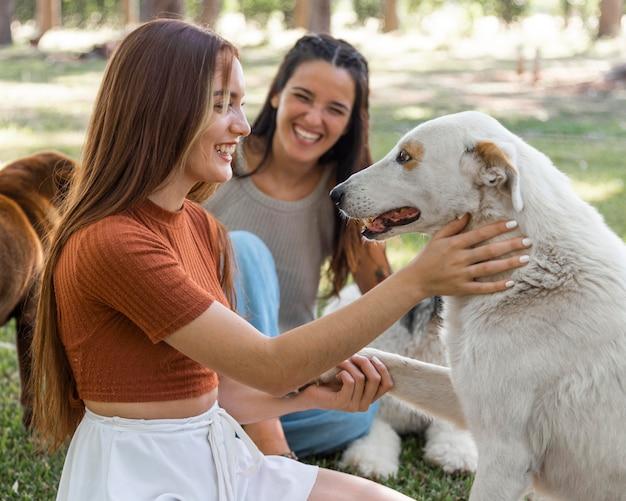 Femmes jouant avec un chien