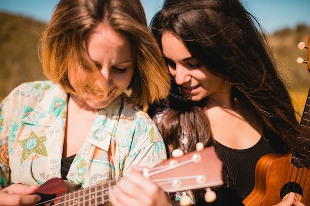 Femmes jouant des ukulélés ensemble