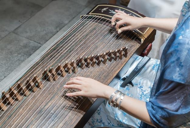 Les femmes jouent de la cithare, les instruments chinois