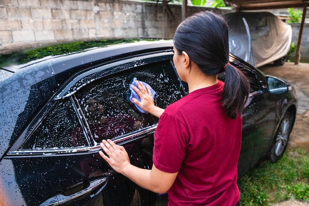Femmes lavant des voitures