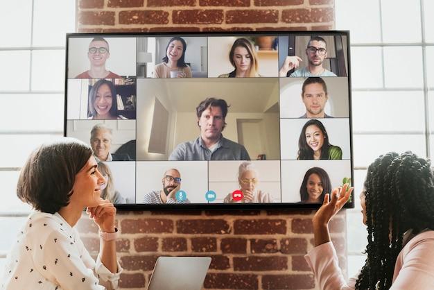 Femmes lors d'une vidéoconférence dans un bureau