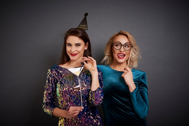 Femmes ludiques avec photomaton faisant la fête