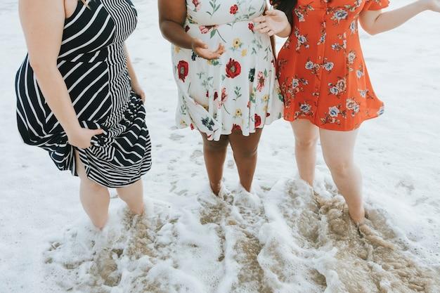 Femmes magnifiques profitant de la plage