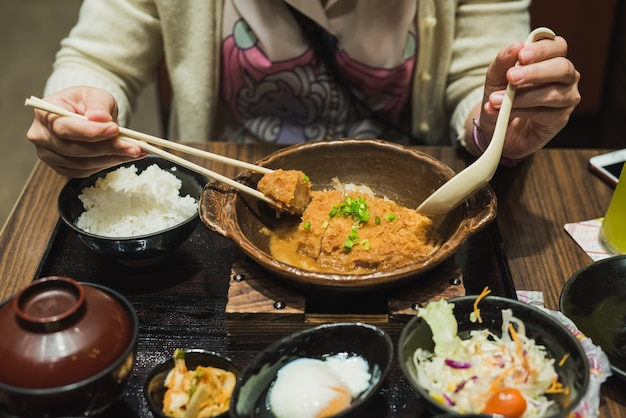 Les femmes mangent de la nourriture de porc au japon
