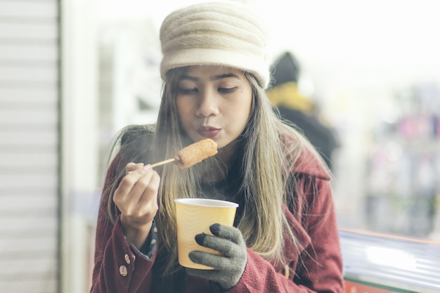 Les femmes mangent oden