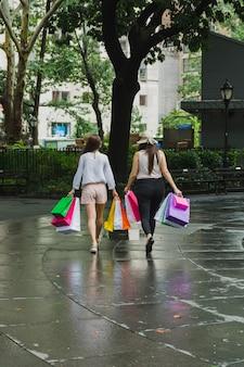 Femmes marchant avec des sacs à provisions