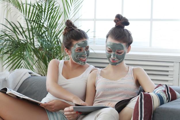 Femmes avec masque facial, beauté et concept de soins de la peau