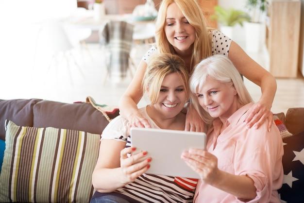 Femmes matures modernes avec tablette numérique