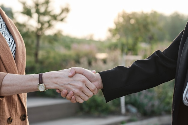 Femmes méconnaissables se serrant la main