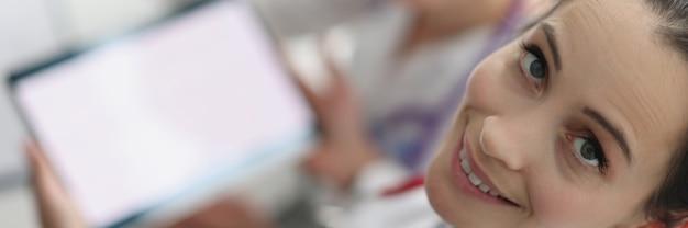 Femmes médecins assis avec une tablette numérique dans les mains
